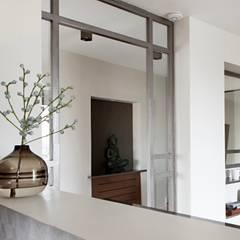 Appartement Parisien moderne à Trocadero: Couloir et hall d'entrée de style  par Lichelle Silvestry