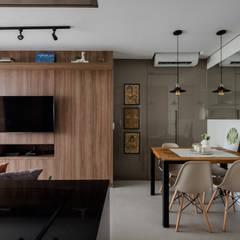 Livings de estilo  por Mirá Arquitetura, Industrial Tablero DM