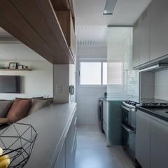 Petites cuisines de style  par Mirá Arquitetura
