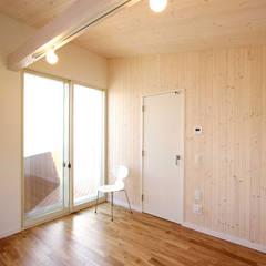 Habitaciones para niñas de estilo  por ミナトデザイン1級建築士事務所