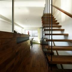 キッチンからリビング方向を見る: タイコーアーキテクトが手掛けた階段です。