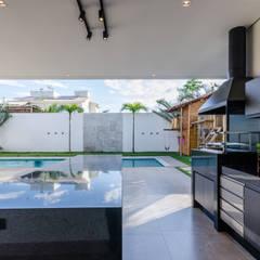 Balcón de estilo  por Leda Maria Arquitetura