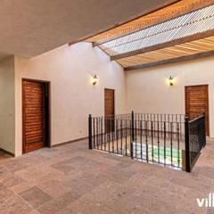 Casa Cantera en San Miguel de Allende: Pasillos y recibidores de estilo  por VillaSi Construcciones, Rústico