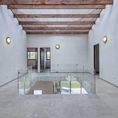 Casa Onix en San Miguel de Allende: Pasillos y recibidores de estilo  por VillaSi Construcciones