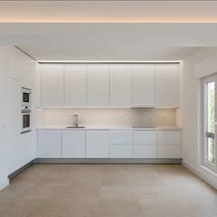 Projeto de Arquitetura.: Cozinhas embutidas  por Commerzn - Boutique Property Developer