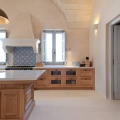Masseria P1: Cucina in stile  di architetto stefano ghiretti
