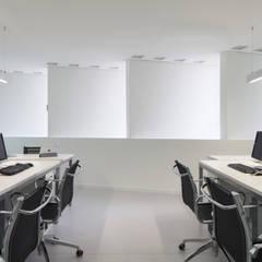 Importadora Escritórios minimalistas por 0E1 Arquitetos Minimalista