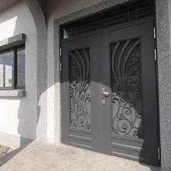 Front doors by 懷謙建設有限公司
