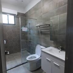 Bathroom by 懷謙建設有限公司