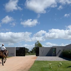 VILLA LAGOS PUNTA DEL ESTE: Jardines de estilo  por NATURHABITAT