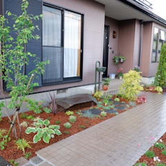自然石を使った園路とパーゴラのあるナチュラルガーデン: 富士西麓ガーデンが手掛けた庭です。