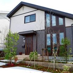 小スペースでも四季を感じる落葉樹の庭: 富士西麓ガーデンが手掛けた庭です。