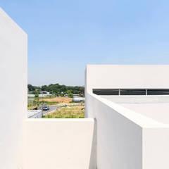 Lighthouse Residence: Lee Jae Architects의  발코니
