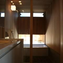 洗面室より浴室をみる: 株式会社高野設計工房が手掛けた浴室です。