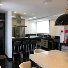 Kitchen units by Marcelo Sena Arquitetura, Classic