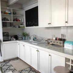 Casa Pedregal de San Nicolás: Cocinas pequeñas de estilo  por La Tachuela Interiorísmo Tapiceria y Muebles