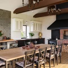 Летний домик с барбекю: Кухни в . Автор – Архитектурная студия 'АВТОР', Кантри