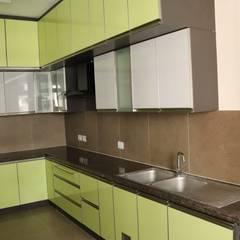 Cocinas equipadas de estilo  por 72° N Design Studio Private Limited, Asiático