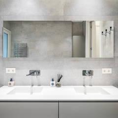 Reforma integral de un piso de Madrid: Baños de estilo  de AGi architects