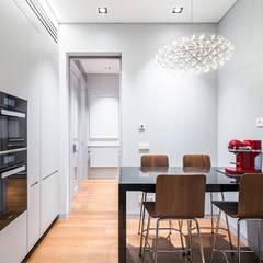 Reforma integral de un piso de Madrid: Cocinas de estilo  de AGi architects