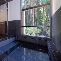 露天風呂のある温泉宿: 株式会社KADO一級建築士事務所が手掛けたホテルです。