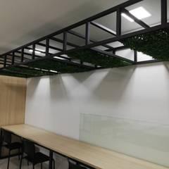 Zona multimedia: Estudios y despachos de estilo  por Decó ambientes a la medida