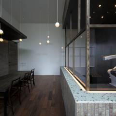 KATO kohki: キューボデザイン建築計画設計事務所が手掛けた会議・展示施設です。,モダン