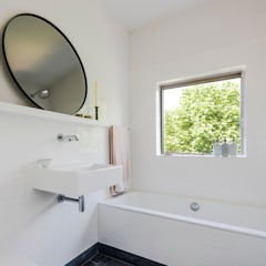 Bathroom:  Bathroom by Deirdre Renniers Interior Design