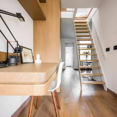 :  Corridor, hallway by Deirdre Renniers Interior Design,Minimalist