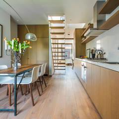 Kitchen & dining area:  Kitchen by Deirdre Renniers Interior Design