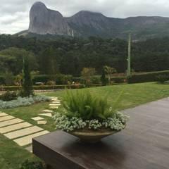 Jardins de fachada  por Carlos Eduardo de Lacerda Arquitetura e Planejamento