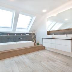Kundenhaus U120:  Badezimmer von TALBAU-Haus GmbH ,Modern