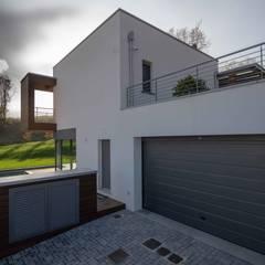 ประตูโรงรถ by fabio licciardi architetto