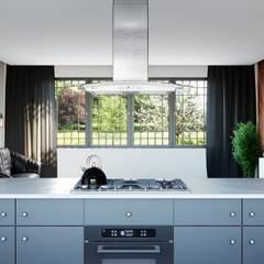 Przestrzenna i nowoczesna kuchnia z okapem wyspowym: styl , w kategorii Kuchnia zaprojektowany przez GLOBALO MAX