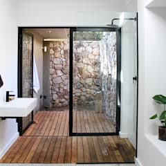 Westcliff House , JHB:  Bathroom by Metaphor Design