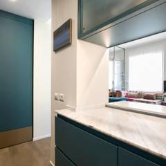 Via Sant'Erasmo: partizioni in vetro per un soggiorno pieno di luce: Cucina in stile  di studioQ