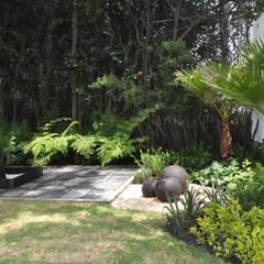 Jardines en la fachada de estilo  por Jardin Urbano