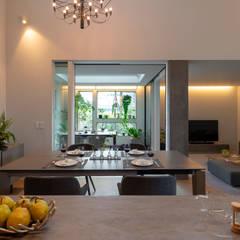 都市における都市のための快適で省エネなパッシブモダン住宅: タイコーアーキテクトが手掛けたダイニングです。