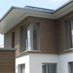 Villa mit Aufstockung + Anbau:  Häuser von gujber architekten