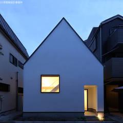 三角屋根の外観: 石川淳建築設計事務所が手掛けた狭小住宅です。
