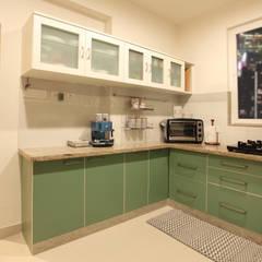 Small kitchens by Saloni Narayankar Interiors, Rustic