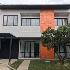 rumah antapani J12 bandung: Rumah oleh indra firmansyah architects, Industrial