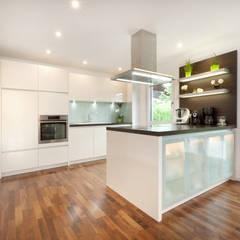 Moderne Küche:  Einbauküche von TALBAU-Haus GmbH