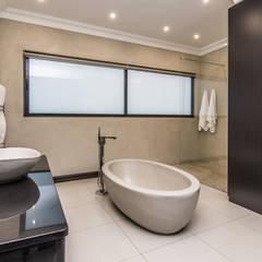 House Uys:  Bathroom by KA.Architecture+Design