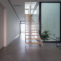Unifamiliar entre medianeras: Escaleras de estilo  de DonateCaballero Arquitectos