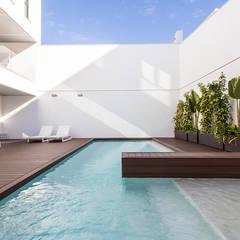 Unifamiliar entre medianeras: Piscinas de estilo  de DonateCaballero Arquitectos