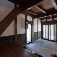Pasillos y vestíbulos de estilo  por 株式会社 自由工房