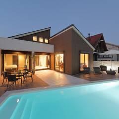 平屋風のリゾート空間住宅: PROSPERDESIGN ARCHITECT OFFICE/プロスパーデザインが手掛けた壁です。,