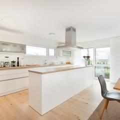 Offene Küche mit Kochinsel:  Küchenzeile von TALBAU-Haus GmbH