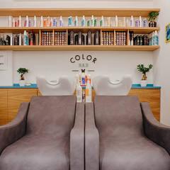 Color Bar: Negozi & Locali commerciali in stile  di manuarino architettura design comunicazione